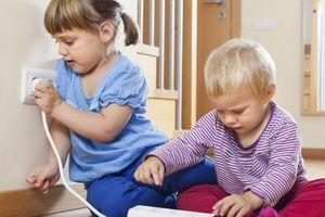 6 cách dạy trẻ dùng điện an toàn để cha mẹ yên tâm khi vắng nhà