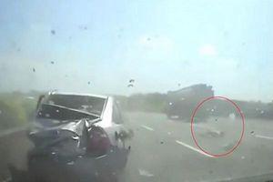 Clip cậu bé bị hất văng ra khỏi xe ô tô sau tai nạn thảm khốc trên đường cao tốc