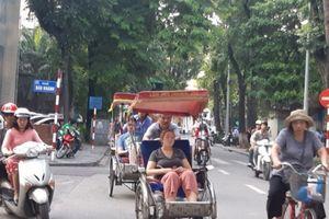 Hà Nội: Xích lô vô tư chạy dù, dàn hàng trên phố