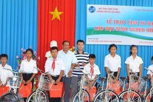 Công an Trà Vinh tiếp tục trao 50 xe đạp cho học sinh