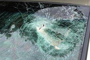 Bị kháng nghị tăng nặng hình phạt vì ném bể kính ô tô