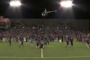 Đội bóng Mỹ chơi ngông, đem trực thăng rải 100 triệu đồng cho khán giả