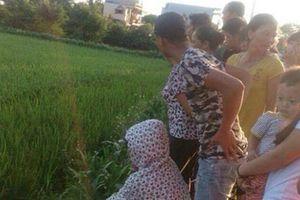 Con trai rụng rời nhìn thấy mẹ tử vong bên ruộng lúa