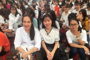 Lễ khai giảng trong mưa của tân sinh viên Trường ĐH Thương mại