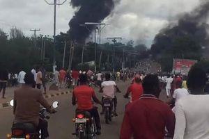 Tò mò xem nổ xe chở xăng, hơn 135 người thương vong