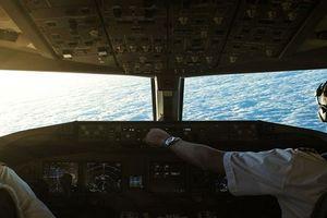 Hành khách choáng váng khi phi công vô tư cởi đồng phục ngủ ở khoang hạng nhất