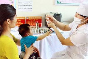 Hết vắc xin Quinvaxem, nhiều trẻ ở Sài Gòn bị gián đoạn tiêm chủng