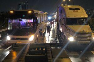 Cao tốc tê liệt sau vụ tai nạn, người dân kéo hành lý tìm đường thoát