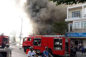 Cháy lớn quán bar ở trung tâm Đà Nẵng, khói đen bốc kín trời