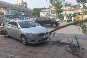 Camry 'điên' tông liên tiếp 2 xe máy, húc đổ cây trên vỉa hè