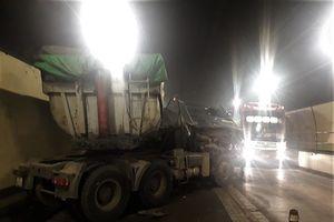 Hầm Hải Vân ách tắc do xe đầu kéo tông xe tải