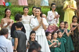 Hồng Quế xinh đẹp sải bước tự tin tại Tuần lễ thời trang Xuân Hè 2019