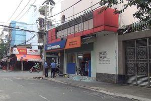 Tài xế nghi say xỉn điều khiển xế hộp tông vào ngân hàng ở Sài Gòn rồi lái xe tẩu thoát