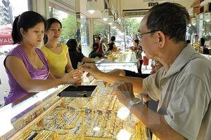 Bất ổn kinh tế thế giới leo thang, nhà đầu tư tìm kiếm trú ẩn ở vàng