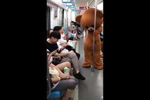 Khi gấu bông lầy lội 'đánh ghen' trên tàu điện ngầm