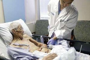 Chuyện lạ hôm nay: Bác sĩ khâu tay bệnh nhân vào bụng, lý do bất ngờ...