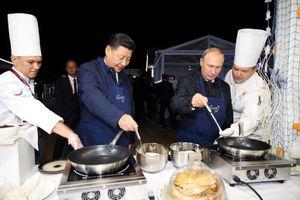 Ông Putin và ông Tập Cận Bình trổ tài làm bánh