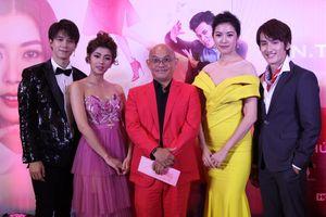 Á hậu Thúy Vân đi xe tiền tỷ đến buổi công chiếu phim 'Bao giờ hết ế'