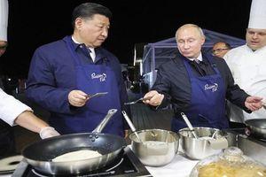 Thú vị hình ảnh lãnh đạo Nga - Trung đeo tạp dề trổ tài làm bánh