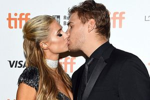 Paris Hilton kiêu sa với đầm lấp lánh, tình tứ bên bạn trai