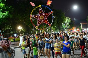 Carnaval 'Đêm rằm xuống phố' tại phố đi bộ Hồ Gươm