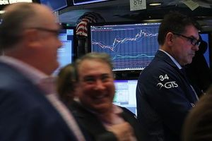 Apple và giá dầu kéo phố Wall hồi phục