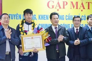 Hà Tĩnh: Tặng Bằng khen và 50 triệu đồng tiền thưởng cho trung vệ Bùi Tiến Dũng