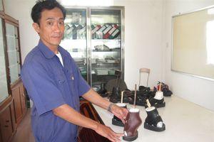Độc đáo xưởng giày đặc chủng cho bệnh nhân phong