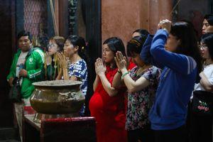 Cầu tự ở chùa Ngọc Hoàng từ sáng đến khuya