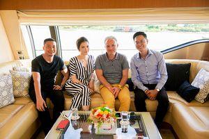 Lý Nhã Kỳ mời NSX phim người Pháp đi du thuyền triệu đô, ngắm Sài Gòn