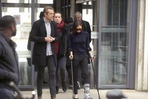 Victoria Beckham khập khiễng chống nạng trên phố vì bị rạn xương chân