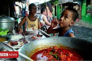 Chẳng đủ tiền mua đồ tươi ngon, dân nghèo đành ăn món làm từ thịt ở bãi rác