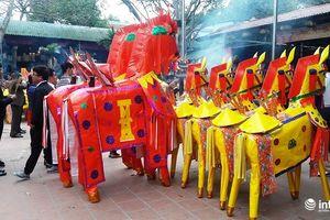 Đền ông Hoàng Mười vẫn đốt hàng trăm ngựa 'khủng' mỗi ngày