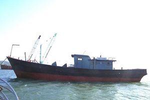 Phát hiện tàu 'ma' trôi gần cửa khẩu Thuận An