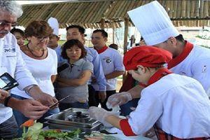 12 bếp trưởng danh tiếng trên thế giới đến Hội An...đi chợ, nhặt rau