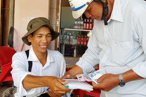 Anh bán vé số nghèo với ước mơ trở thành công chức