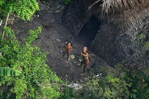 Khoảng 100 bộ lạc sống cách ly với cả thế giới, chính phủ chỉ dám cho máy bay đến thăm dò