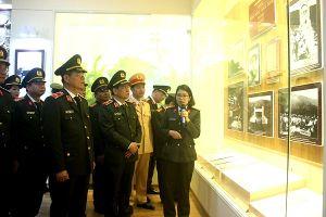Công an Hà Nội dâng hương tại khu lưu niệm Sáu điều Bác Hồ dạy Công an nhân dân