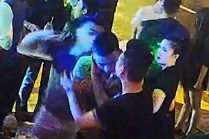 Xác định danh tính 2 thanh niên hành hung phóng viên trong quán bar