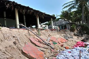 Sóng lớn đe dọa 10 cơ sở du lịch ở Hàm Tiến