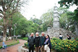 'Nhuộm xanh' tháp bút Hồ Gươm: Tranh cãi nóng...
