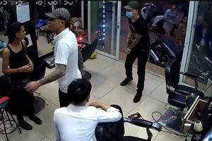 Nhóm thanh niên nổ súng, truy sát chủ quán cắt tóc