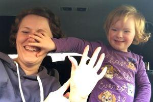 Clip hát trong ôtô của 50 cặp mẹ con mắc bệnh Down gây xúc động