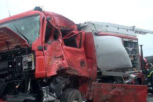 Một cảnh sát PCCC tử vong trong vụ xe khách đâm xe cứu hỏa