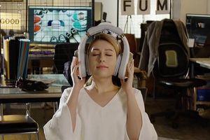 Chiếc tai nghe siêu lớn có khả năng massage đầu giúp thư giãn