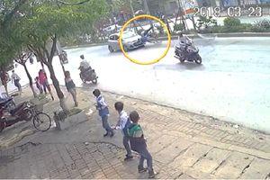 Clip: Sang đường bất cẩn, 2 ông cháu bị taxi tông văng ra đường ở Hà Nội