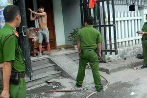 Cảnh sát khống chế nam thanh niên ngáo đá đập phá tài sản gia đình