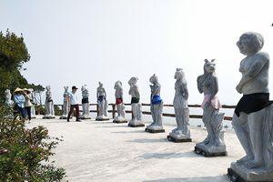 Vườn tượng 12 con giáp được... mặc quần bơi cho du khách đỡ xì xào