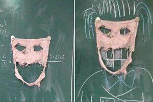 Học sinh khoe giẻ lau bảng rách tan tành như 'cái bang'
