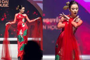 Angela Phương Trinh làm vedette, mặc áo dài 100 triệu đính đá quý nặng trĩu vẫn múa thần thái như này